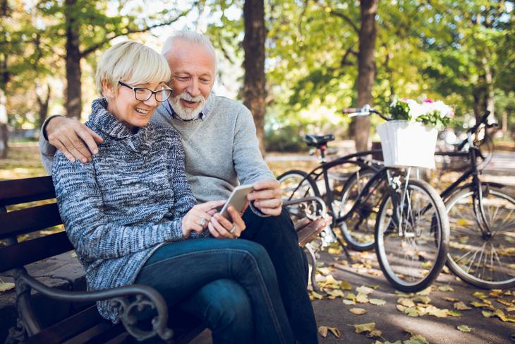 Senior par i parken.