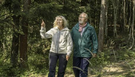 Voksent par i skogen