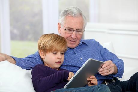 Bestefar og barnebarn som leser