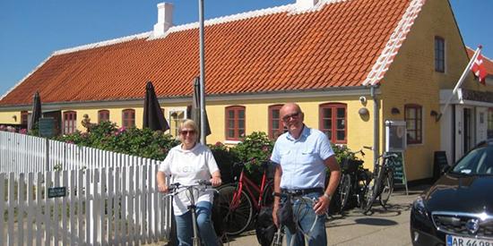 Ektepar med sykkel