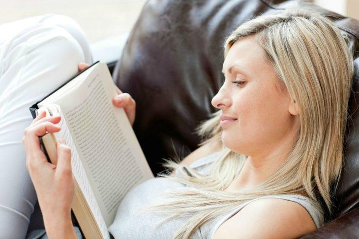 Dame som leser i en bok